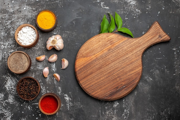 ダークテーブルスパイスカラーペッパーにニンニクを使ったさまざまな調味料の上面図