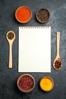 灰色のスペースにメモ帳でさまざまな調味料を上面図