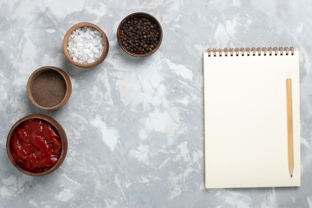 白のメモ帳でさまざまな調味料の上面図