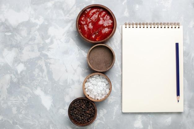 白地にトマトソースをかけたさまざまな調味料の上面図