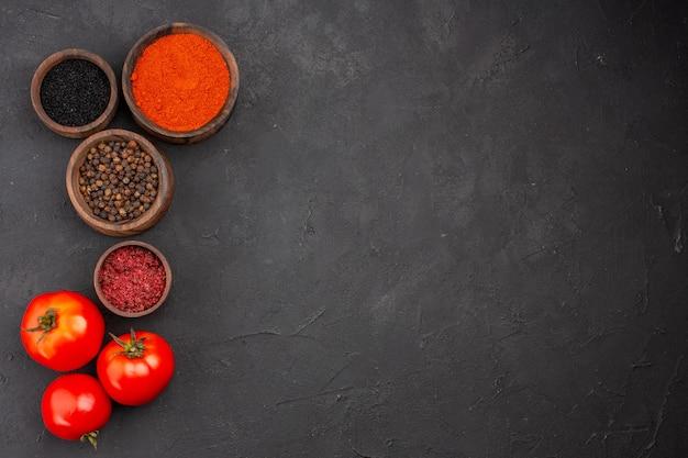 회색 배경 매운 고추 색상 신선한에 토마토와 상위 뷰 다른 조미료