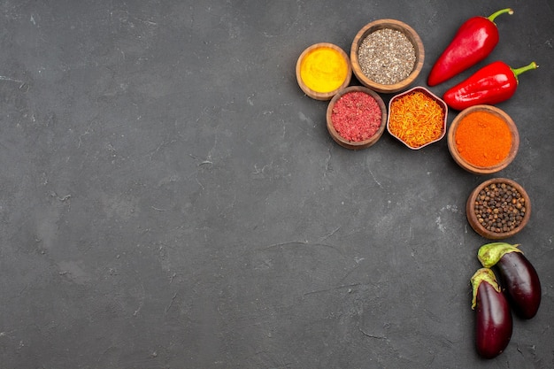 Vista dall'alto di diversi condimenti con verdure su nero