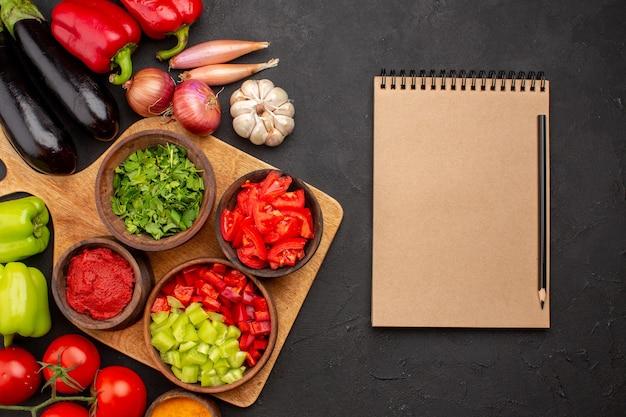 상위 뷰 다른 야채 신선하고 익은 회색 배경 샐러드 익은 건강 식사