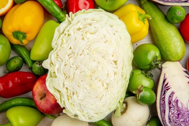 Вид сверху разные овощи с капустой на белом фоне, еда, диета, здоровье, цветной салат, спелые