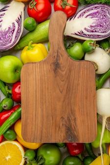 상위 뷰 흰색 배경에 과일과 다른 야채 다이어트 샐러드 건강 익은 색상