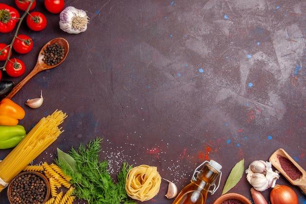 Vista dall'alto diverse verdure con condimenti sullo sfondo scuro insalata di salute cibo pasto vegetale