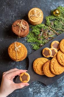 Вид сверху разные вкусные печенья на светлом столе