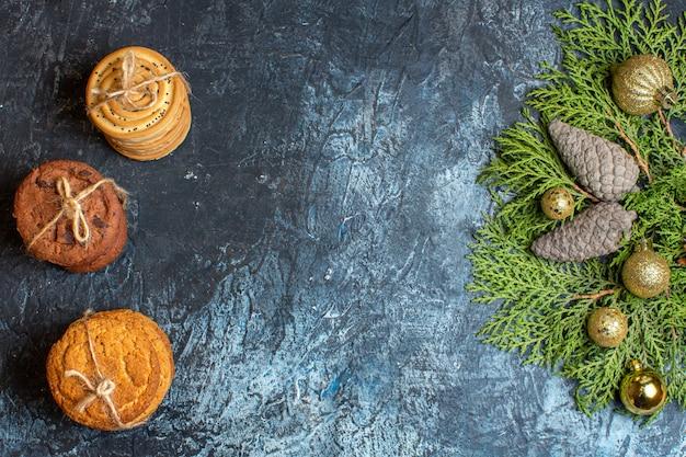 Вид сверху разные вкусные печенья с шишками и игрушками на светлом столе