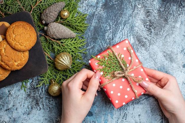 Vista dall'alto diversi deliziosi biscotti con regalo sul tavolo luminoso