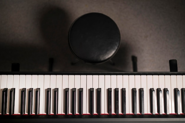 トップビューデジタルピアノと椅子