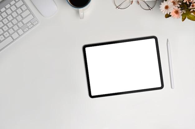 白いテーブルの上の空白の画面と上面デジタルタブレット。