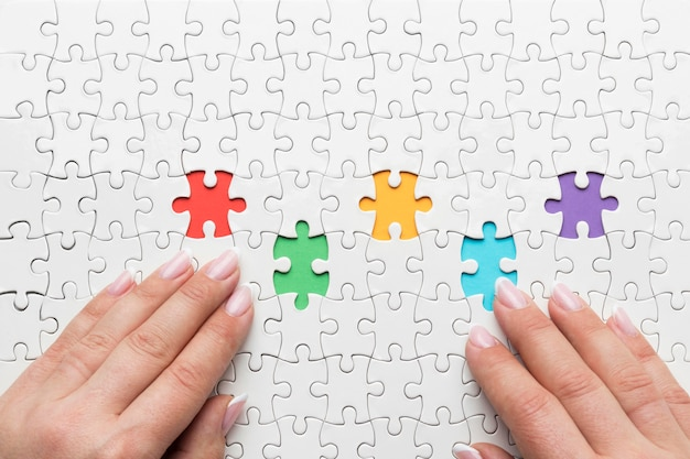 さまざまなパズルのピースを使用した上面図の多様性の配置