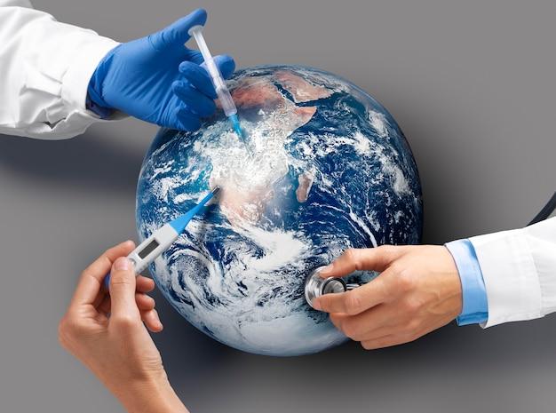 지구에 백신을 접종하는 상위 뷰 의사