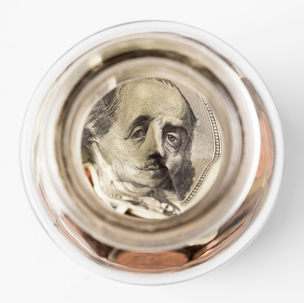 병 안에 상위 뷰 달러 지폐