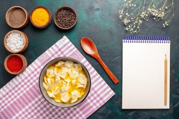 青い机の材料のスープ食品生地ディナーソースにさまざまな調味料を使用した上面図生地スープ