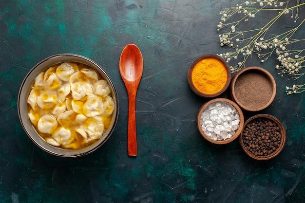 青い机の材料にさまざまな調味料を使った上面図の生地スープスープ食品食事生地ディナーソース