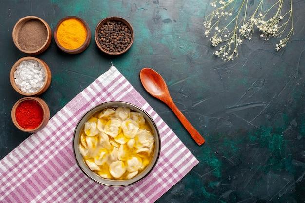 上面図青の背景に調味料が異なる生地スープ材料スープ食品生地ディナーソース