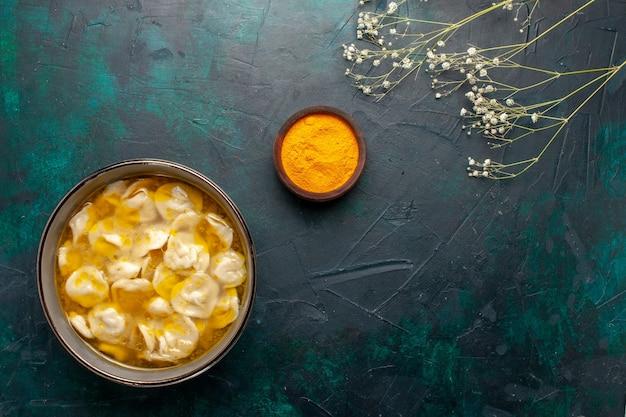 Vista dall'alto zuppa di pasta con carne macinata all'interno dell'impasto sulla scrivania blu scuro ingredienti zuppa cibo pasto pasta piatto cena salsa