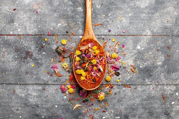 Vista dall'alto tè fruttato essiccato fresco con sapore di fiori su spazio rustico grigio