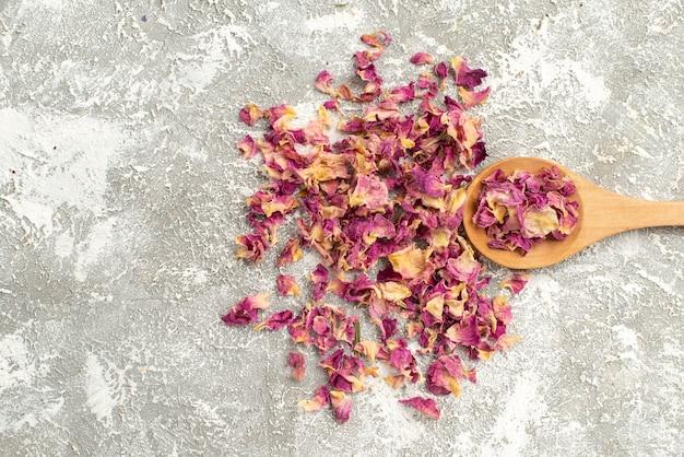 Вид сверху сушеные фиолетовые цветы на белом фоне