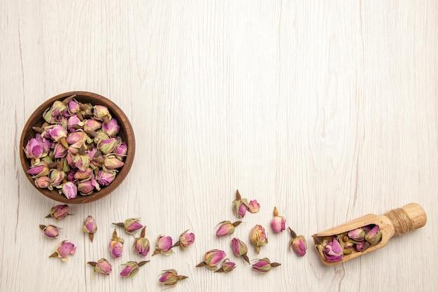 Vista dall'alto fiori viola secchi sulla scrivania bianca fiore di colore viola