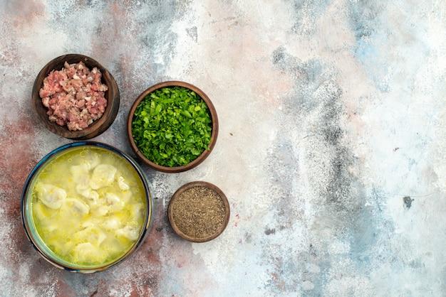 Vista dall'alto dushbara in una ciotola ciotole con verdure a base di carne pepe sulla superficie nuda spazio libero tradizionale piatto azerbaigiano