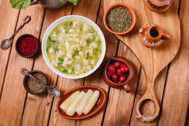 Vista dall'alto della zuppa di gnocchi di dushbara servita con erbe e spezie essiccate