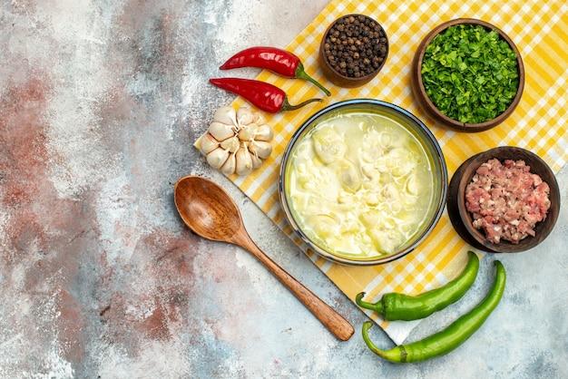 上面図dushbara餃子スープボウルにんにく唐辛子木のスプーンボウル肉唐辛子と緑のヌード表面にコピースペース