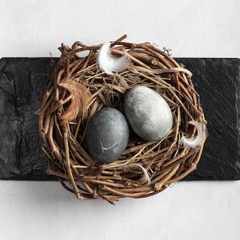 Vista dall'alto di uova di pasqua nel nido di uccelli