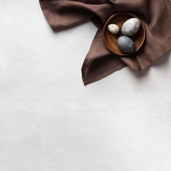 Vista dall'alto di uova di pasqua sulla piastra con copia spazio