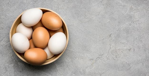 漆喰背景にトップビューの卵
