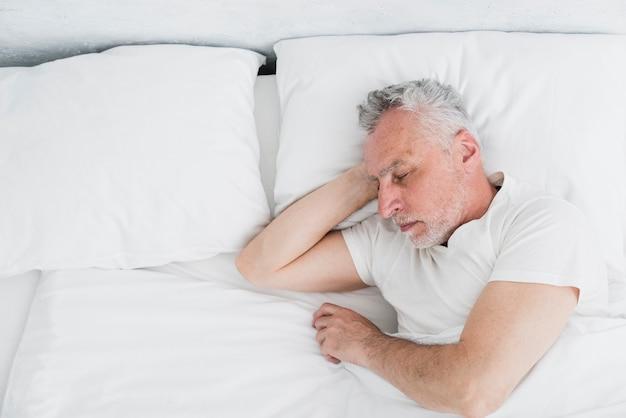 トップビュー眠っている老人