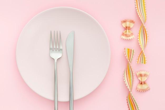 Вид сверху элегантных столовых приборов на тарелке