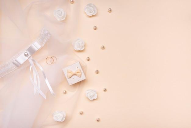 Vista dall'alto eleganti perle e fiori con spazio di copia
