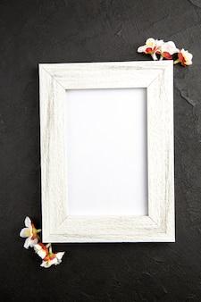 Vista dall'alto elegante cornice di colore bianco su superficie grigio scuro colore regalo ritratto famiglia amore presente
