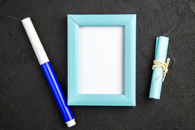 Vista dall'alto elegante cornice con matita su superficie scura presente colore amore foto regalo di famiglia ritratto