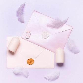 婚約指輪のトップビューエレガントな結婚式の招待状