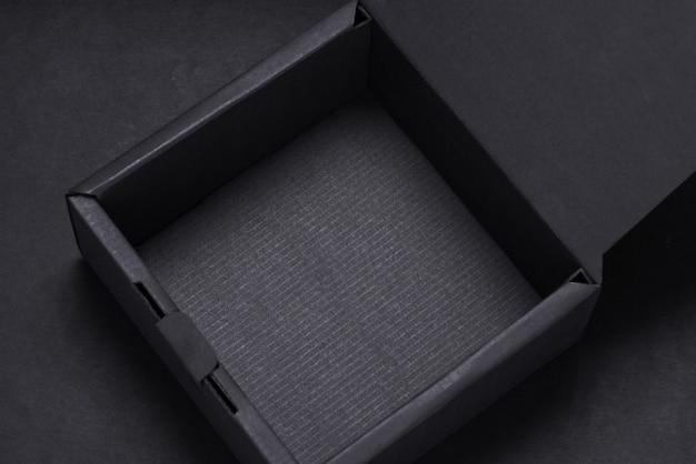 Вид сверху пустой черный ящик