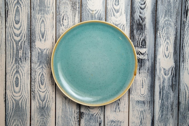 회색 소박한 표면에 상위 뷰 빈 유리 판 녹색 에드
