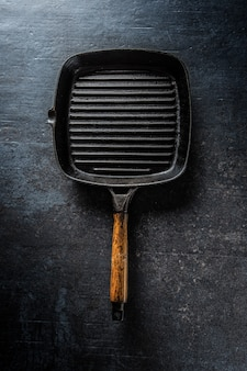 Top of view empty grill pan on concrete board.