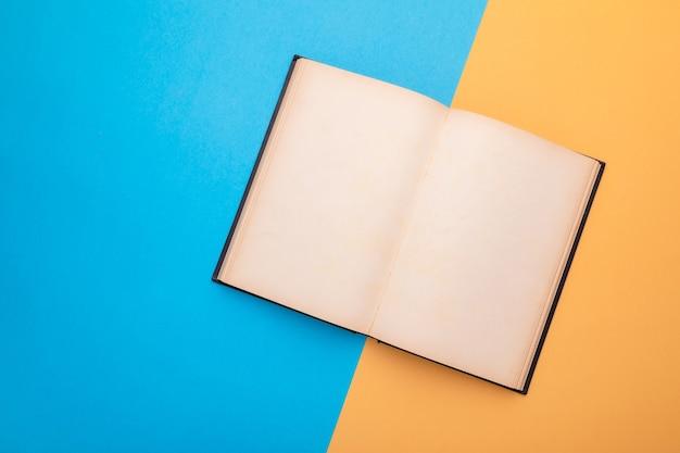 Вид сверху пустую страницу книги.