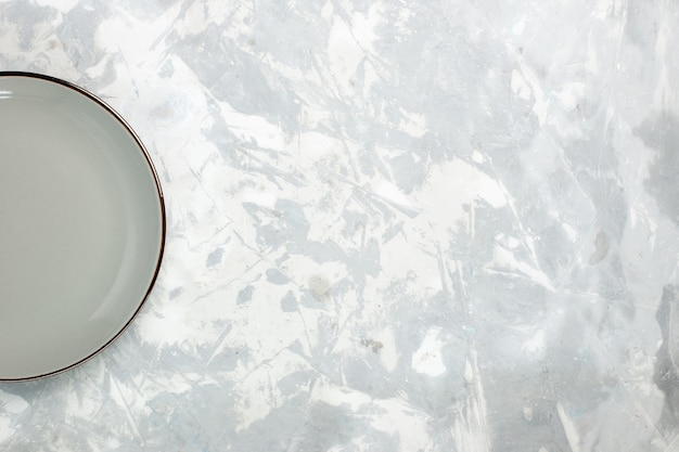 Вид сверху пустая тарелка серого цвета круглая на белом фоне кухонная еда стеклянная тарелка