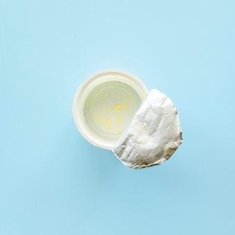 Вид сверху пустую коробку из-под йогурта, которую нужно выбросить