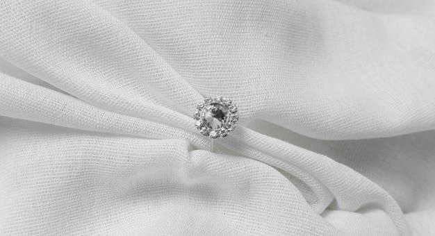 Обручальное кольцо и ткань вид сверху