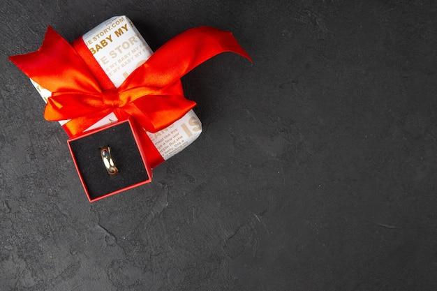 복사 장소가 있는 어두운 배경에 상자 선물의 상위 뷰 약혼 반지