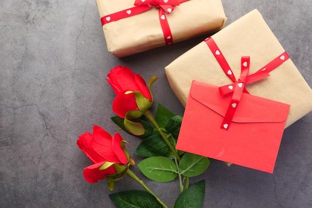 上面図の封筒と黒の背景にバラの花、