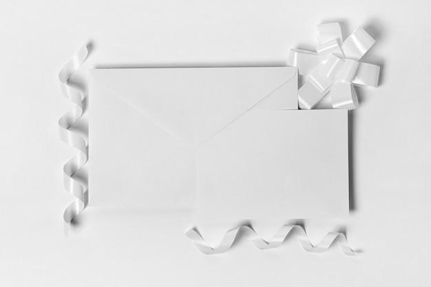 トップビューの封筒と白いリボン