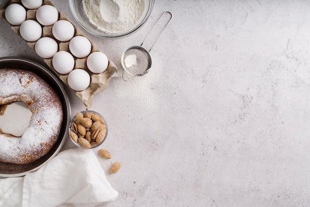 Vista dall'alto del dessert del giorno dell'epifania con ingredienti e copia spazio