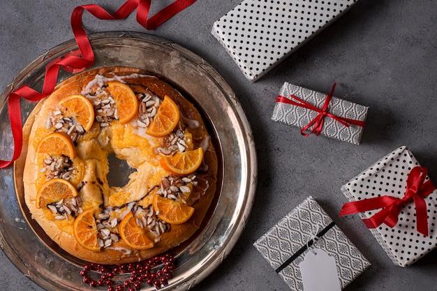 Vista dall'alto cibo del giorno dell'epifania con arance a fette e regali