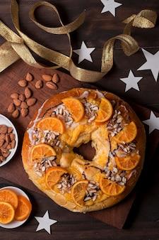 Vista dall'alto cibo del giorno dell'epifania con arance a fette